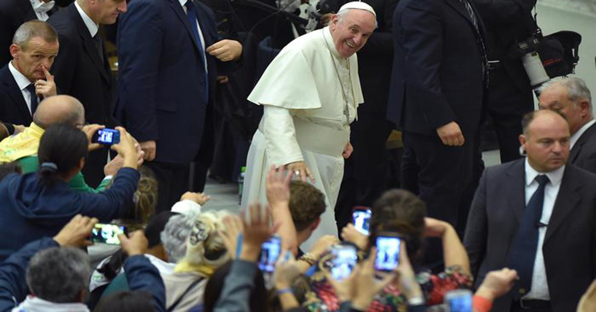 Pope Francis arrives for an audience with Roma, Sinti and others itinerant groups members in the Paul VI hall, Vatican City, 26 October 2015. ANSA/ETTORE FERRARI
