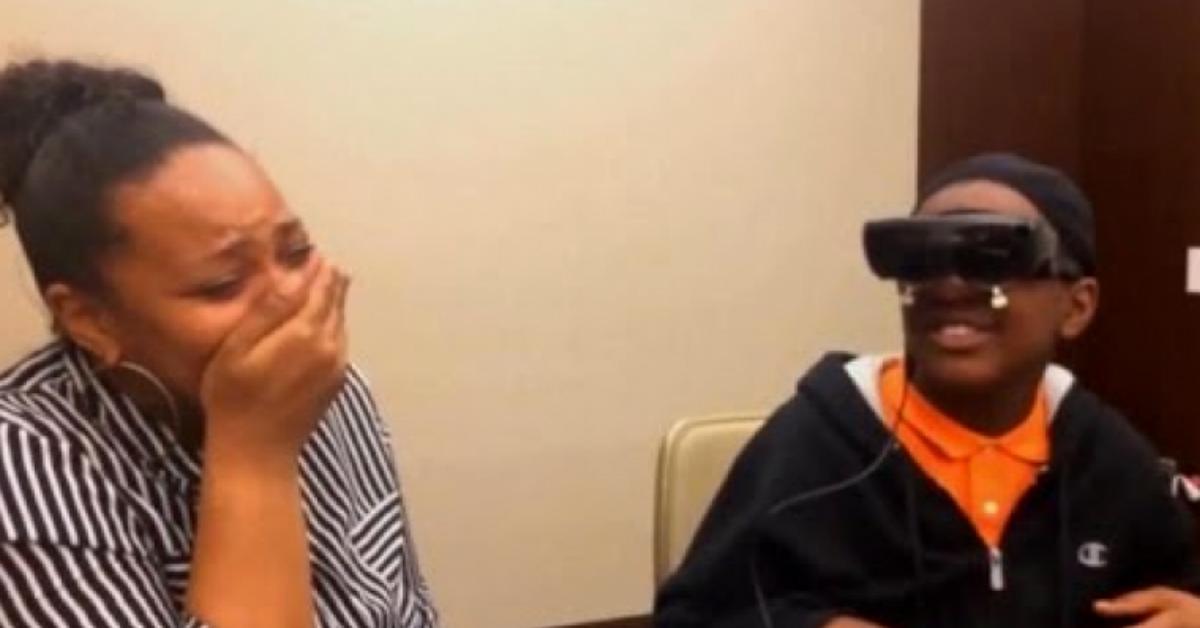 Ragazzo di 12 anni cieco vede la mamma per la prima volta