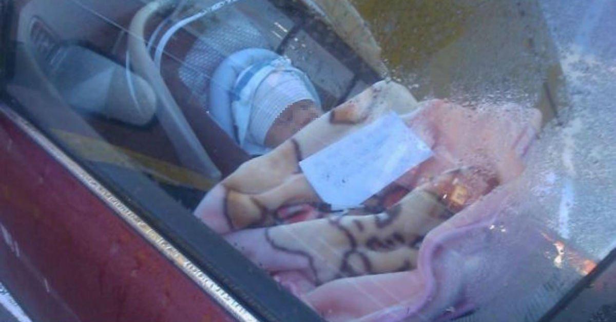 """Lascia il neonato in macchina per fare la spesa con un biglietto: """"Chiamatela se avete bisogno"""""""