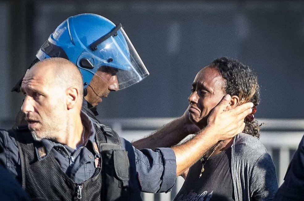 Scontri a Roma piazza Indipendenza polizia rifugiati