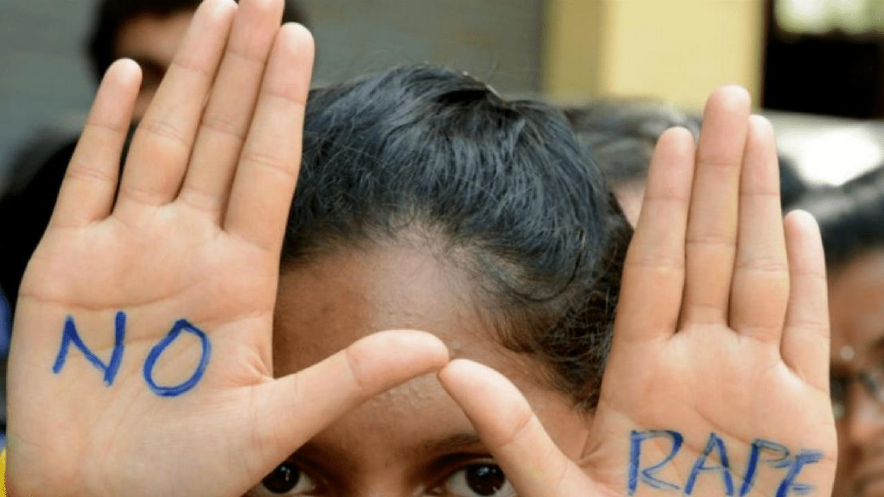 India, bambina violentata con un bastone