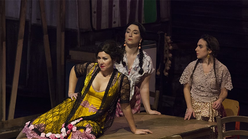 La Carmen di Muscato ambientata in un campo rom