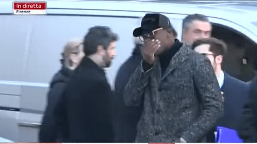 Mario Balotelli fuori dalla Chiesa prima dei funerali