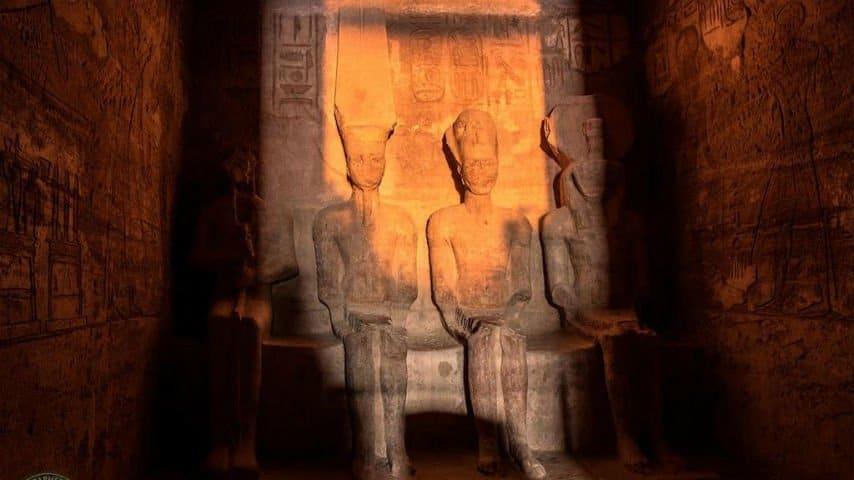 statua di ramses II illuminata