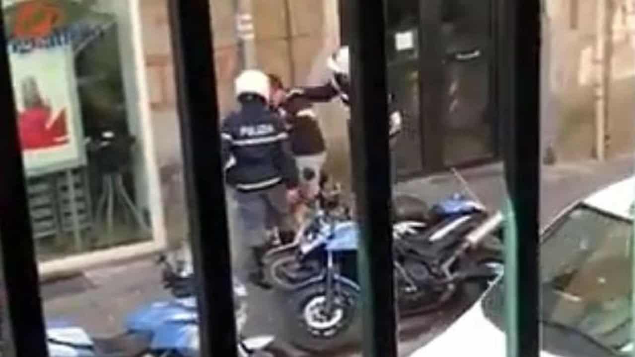 Agenti picchiano un ragazzo in strada: il video