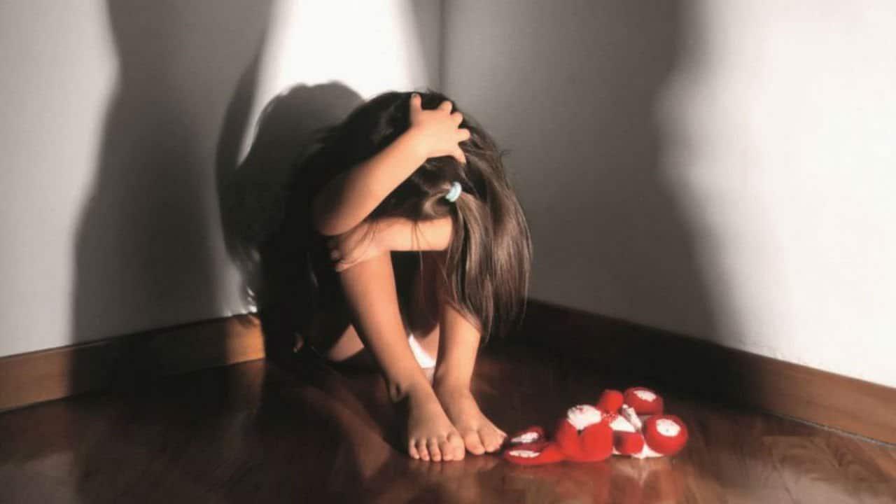 Alcol nel sangue di una bimba 4 anni: denunciato padre, nonna e zia