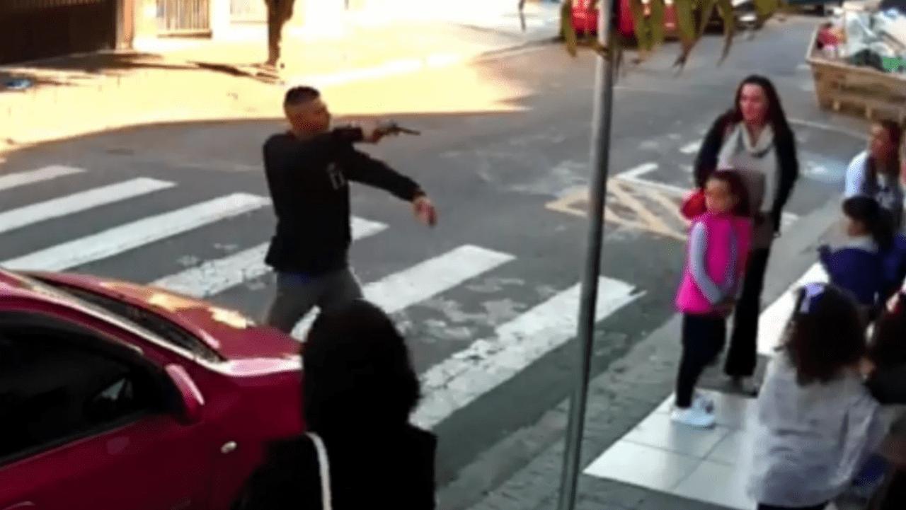Punta la pistola contro i bambini, madre poliziotta gli spara