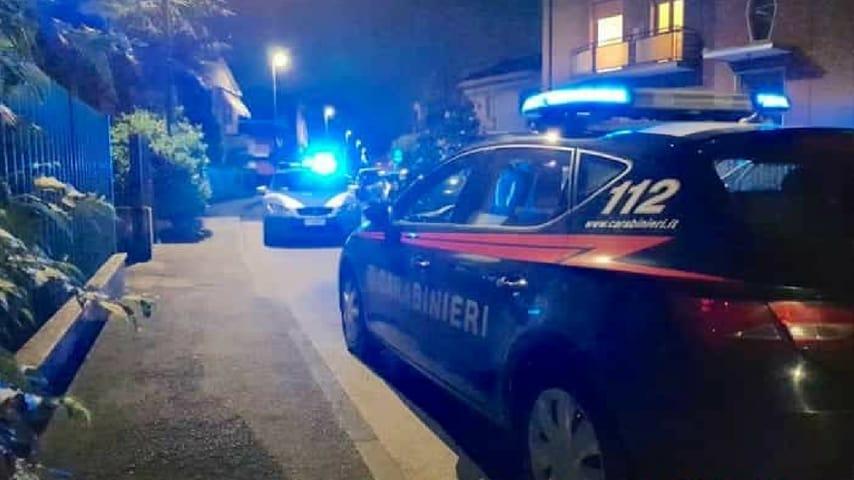 La polizia e i carabinieri sotto casa della famiglia coinvolta CREDITS: IlPiacenza