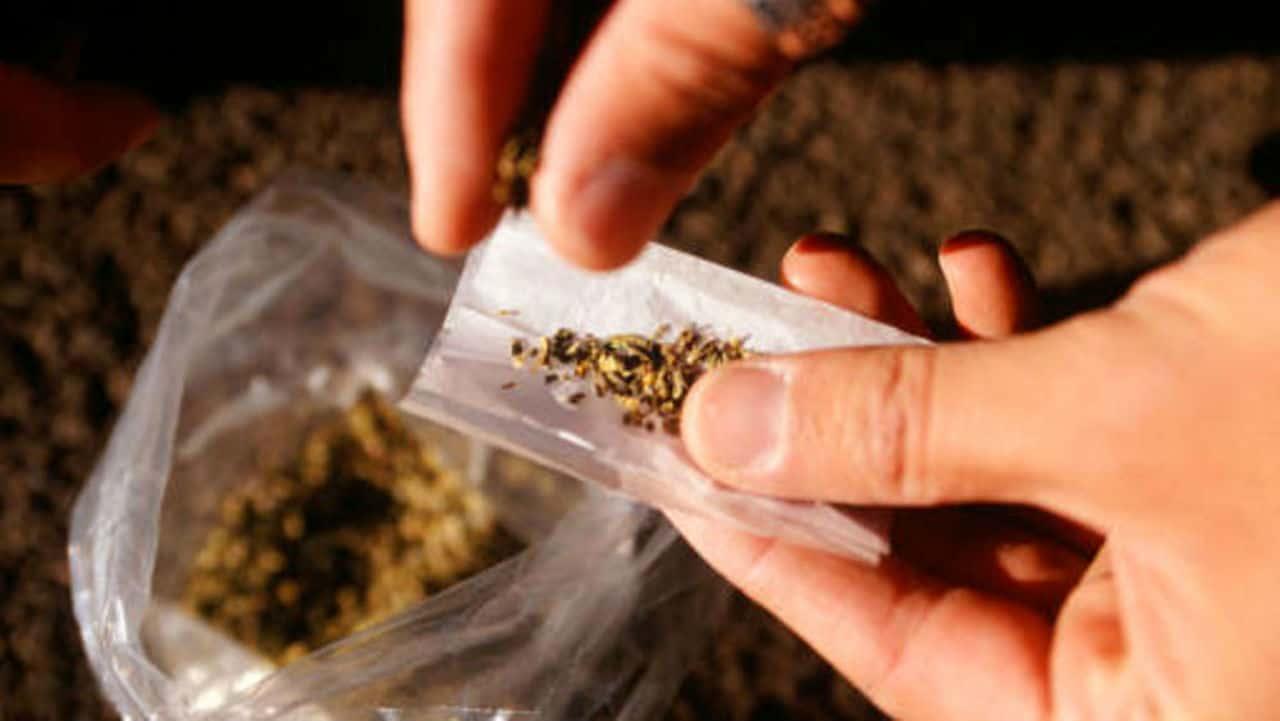 Schiaffeggia il figlio sorpreso a fumare uno spinello: denunciato il padre