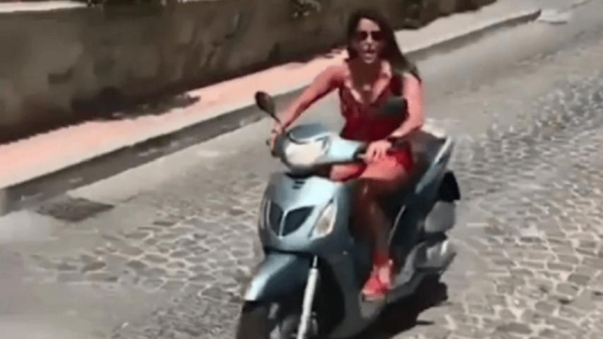 Incidente in motorino per Aida Nizar: l'ex gieffina è senza casco