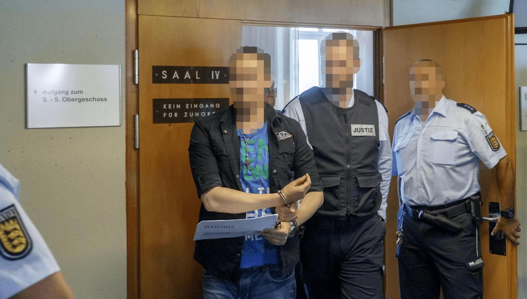 Abusavano e vendevano il figlio ai pedofili: condannati a 12 anni