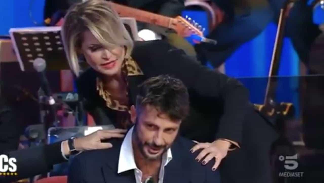 """Corona dedica un tatuaggio a Costanzo: """"Maestro mio"""""""