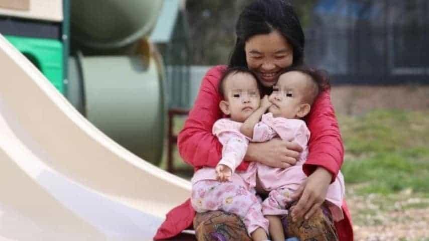 Le due gemelline con la madre.
