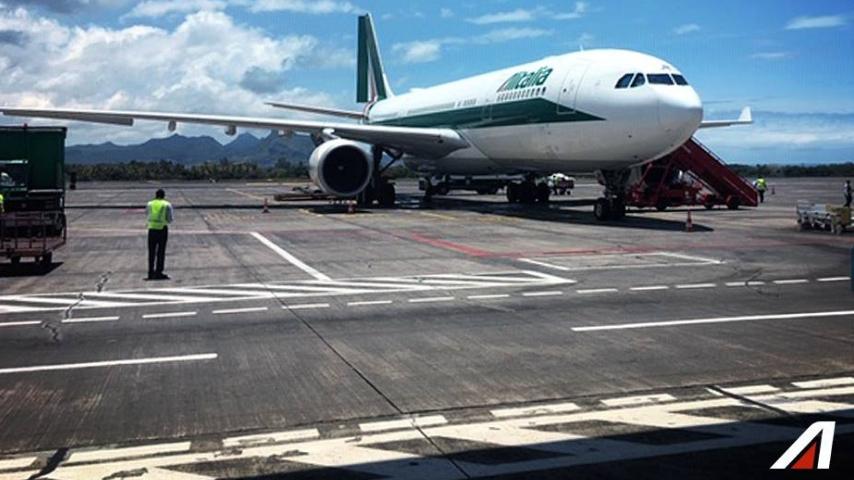 Il volo Alitalia da New York a Roma è atterrato a Fiumicino effettuando un atterraggio d'emergenza. Immagine: Alitalia/Facebook