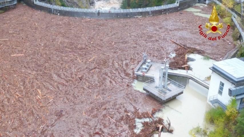 Le devastazioni in Val Visvende_ la diga del Comelico è piena di tronchi