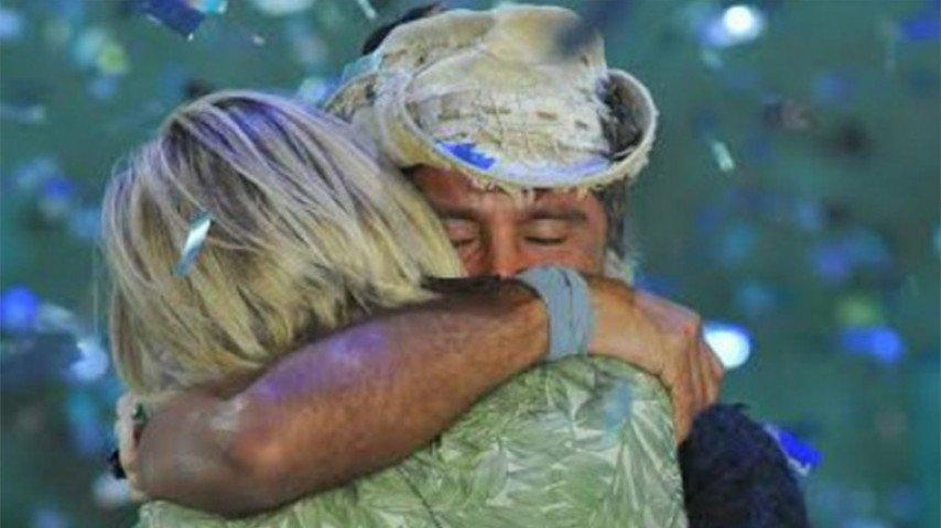 L'abbraccio tra Raz Degan e Paola Barale dopo la vittoria all'Isola dei famosi