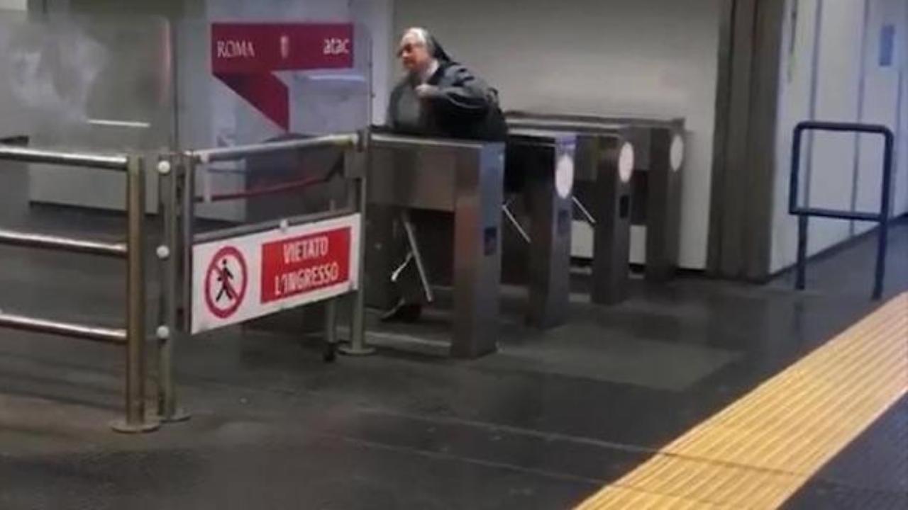 suora scavalca tornelli metro roma senza fare biglietto