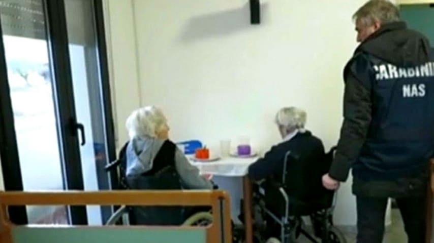 due anziani seduti nella mensa di una casa di riposo