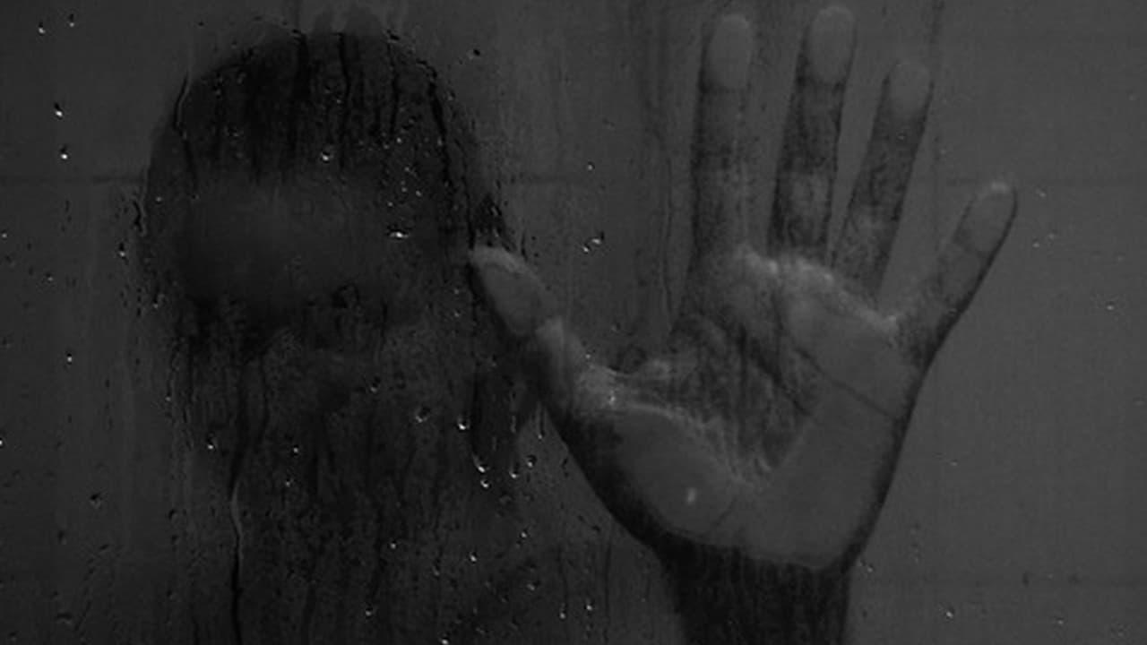 Figura femminile sotto la doccia (immagine di repertorio)
