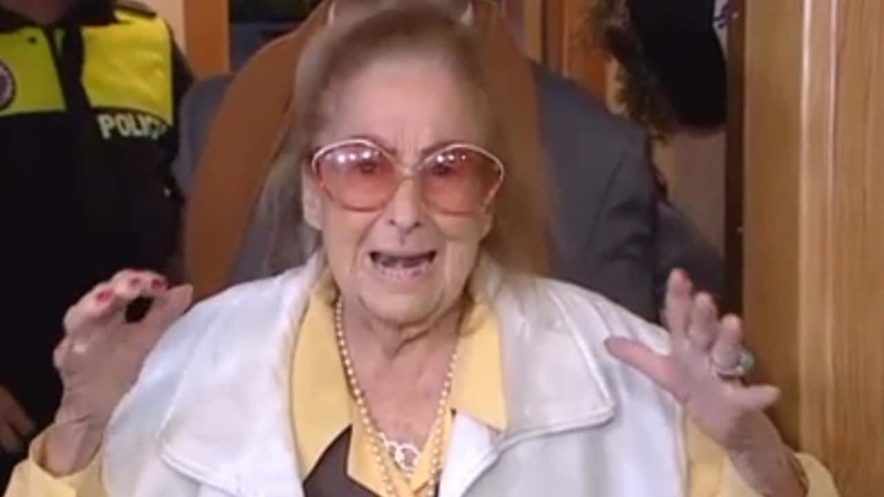 Sfratta la nonna di 99 anni: dopo una notte al freddo va in ipotermia