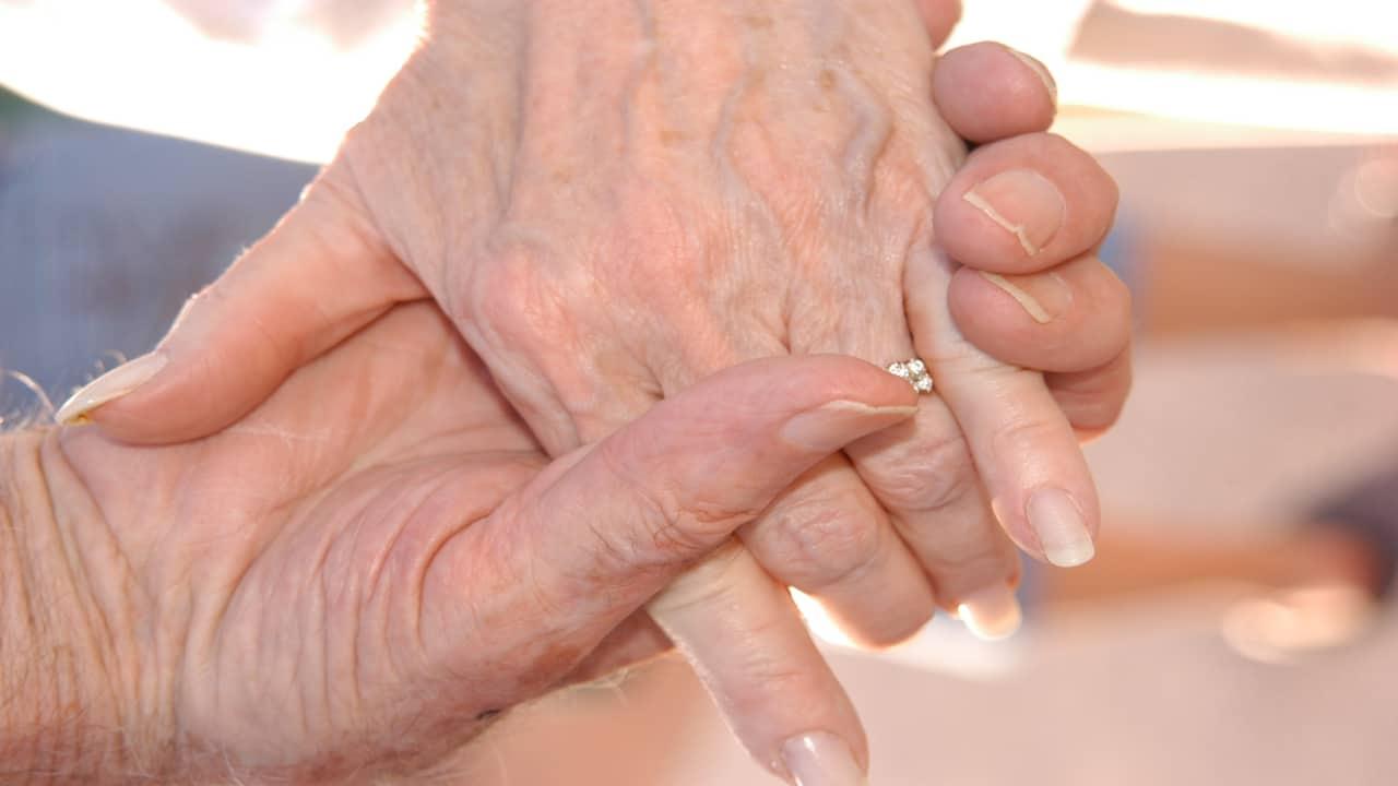 Rubano la fede nuziale a un anziano malato di cancro