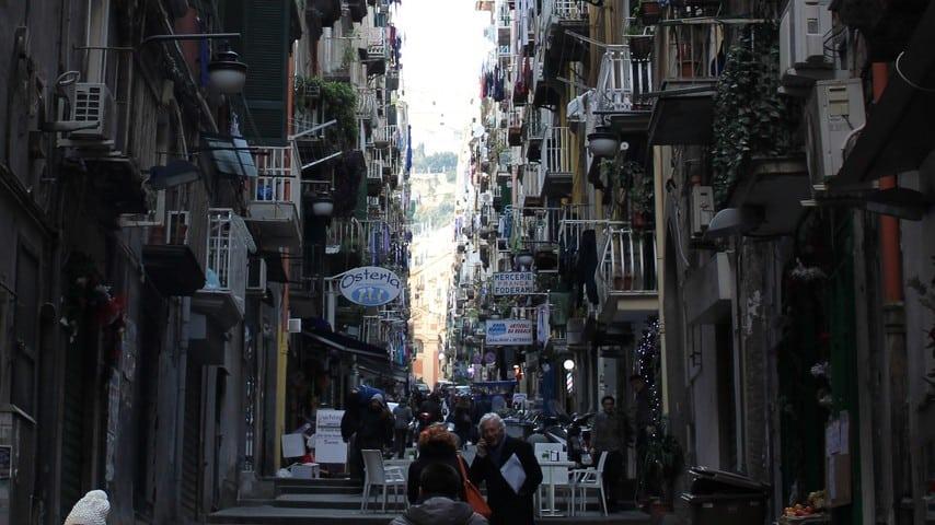 Gradoni di Chiaia, a Napoli, dove un uomo è stato arrestato per aver legato il guinzaglio al collo della fidanzata