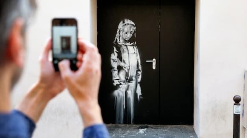 L'opera di Bansky dipinta sull'uscita di sicurezza del Bataclan
