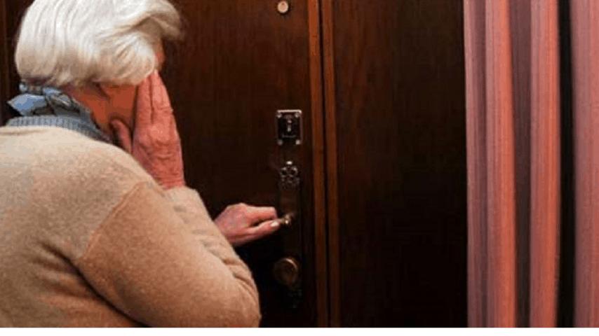 Signora anziana a pre la porta