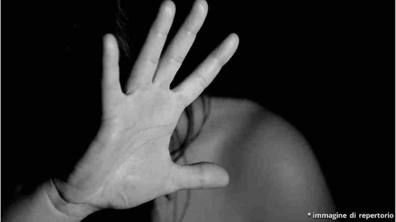 Una 50enne violentata dopo la cena coi colleghi; gli uomini negano l'accaduto