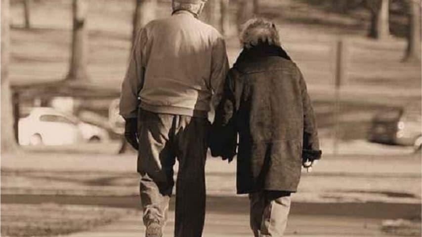 Anziani che si tengono per mano
