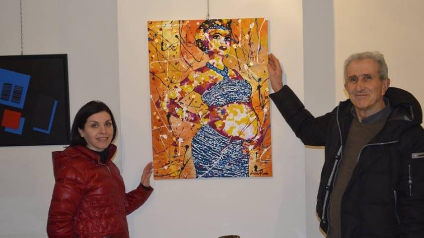 Lucia Riina durante la mostra di una sua opera pittorica