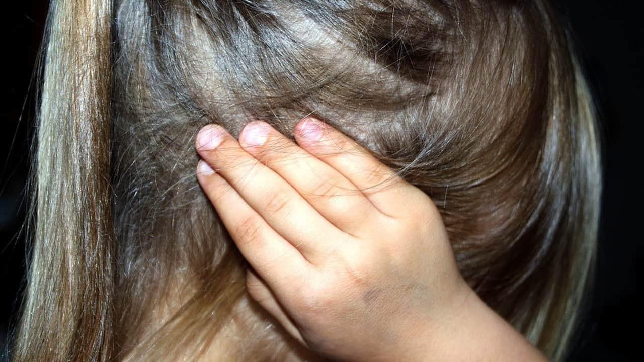 Un uomo violenta e strangola una bambina di 6 anni