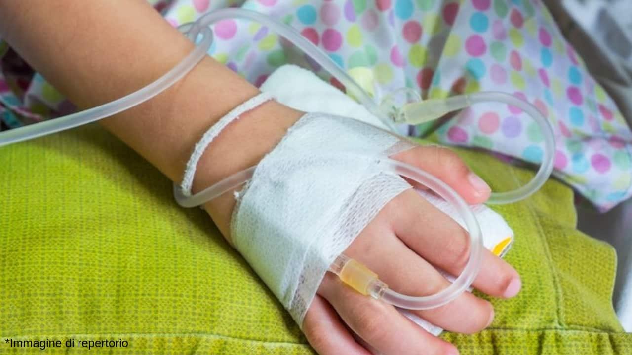 Una bimba di 3 anni ha iniziato a mangiare da sola grazie ad un'operazione all'esofago