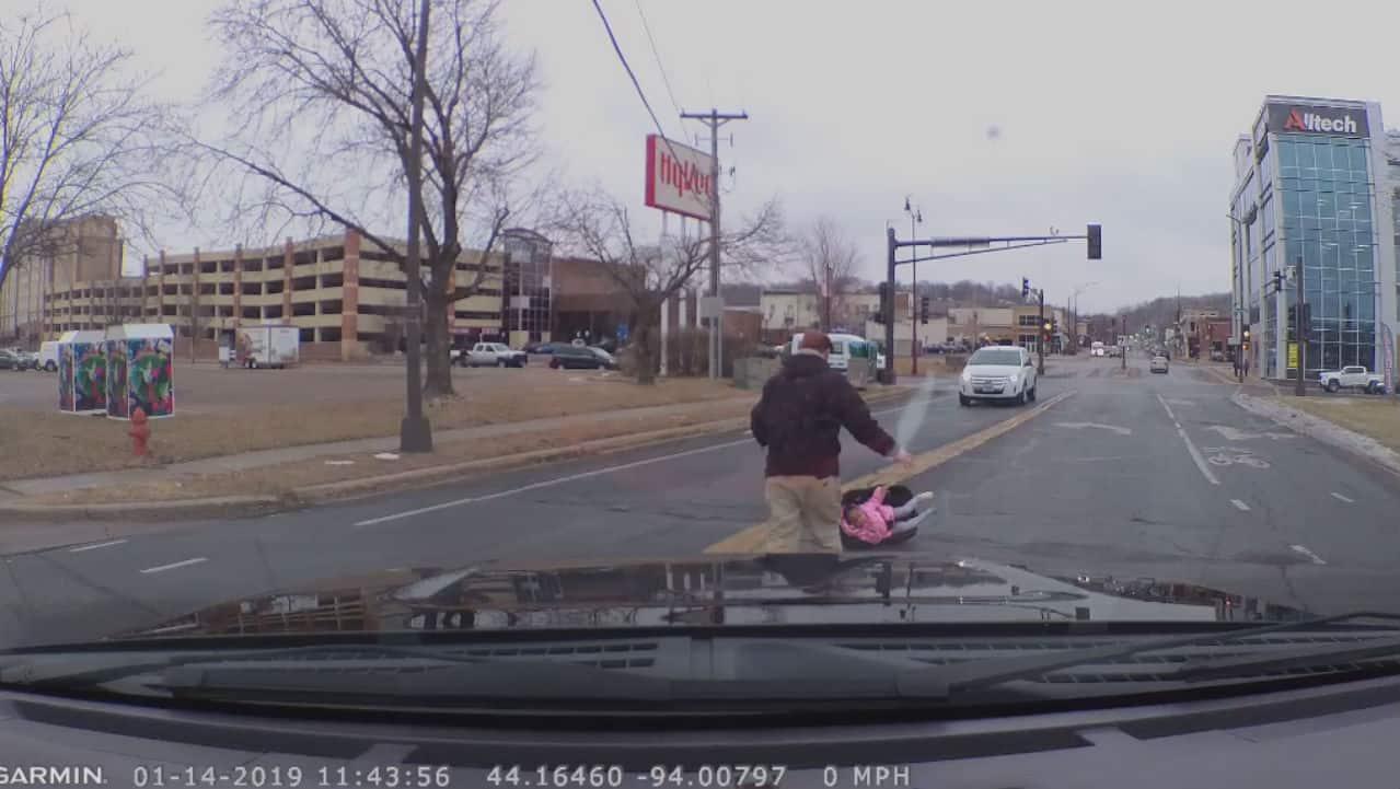 Bimba di 2 anni cade dalla macchina in corsa della madre