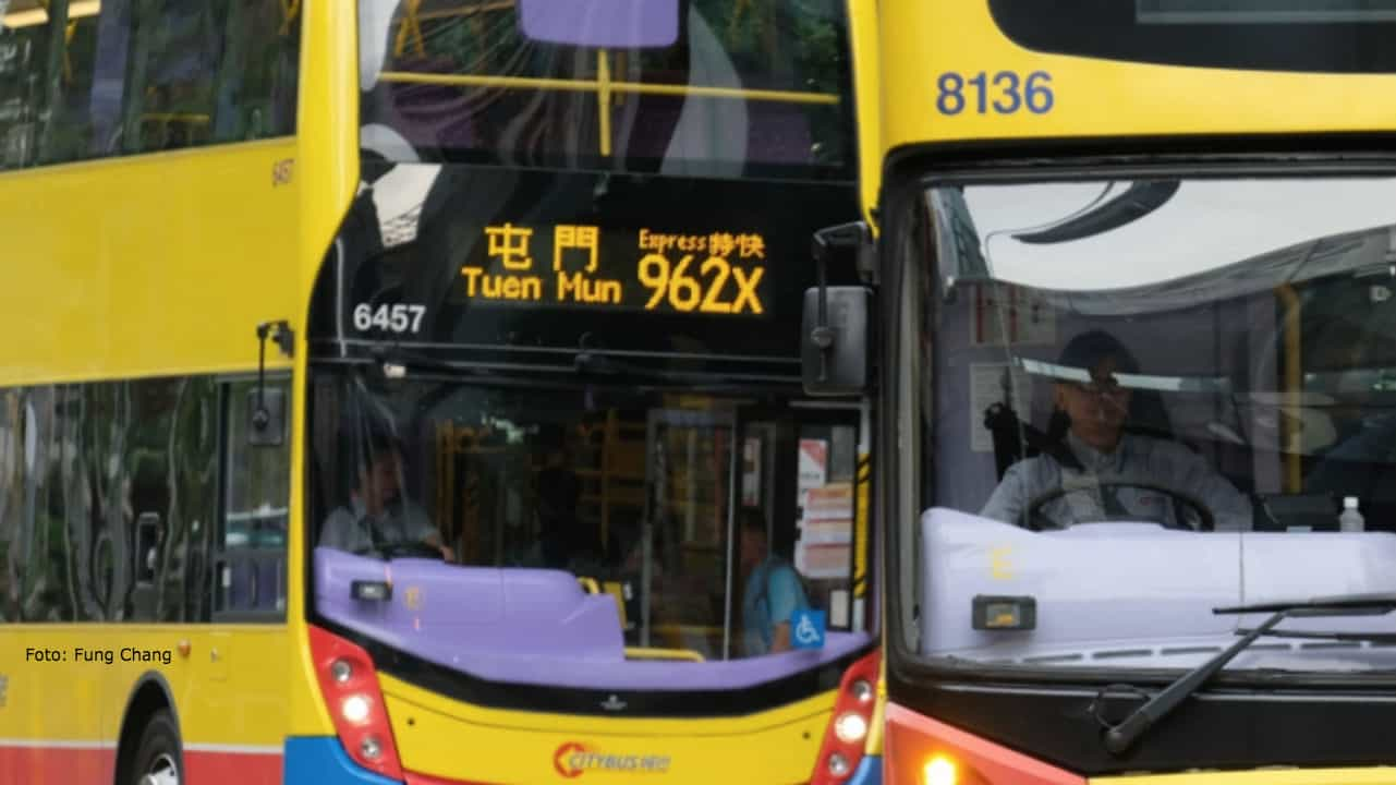 Ragazza si addormenta sul bus, barbiere le taglia i capelli: arrestato