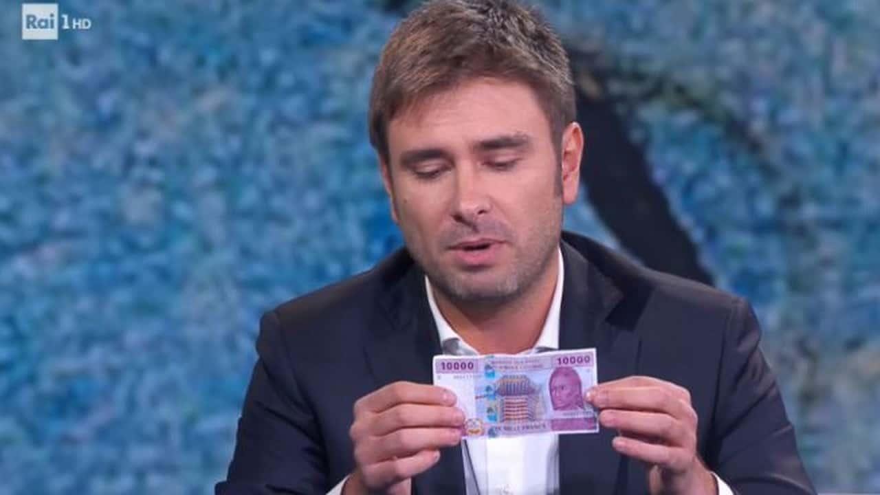 Di Battista strappa banconota francese