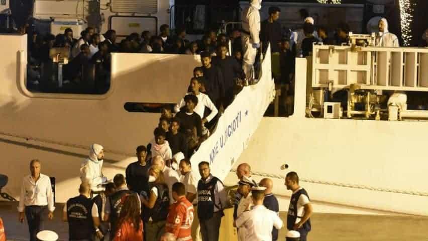 In foto i migranti che scendono dalla nave Diciotti