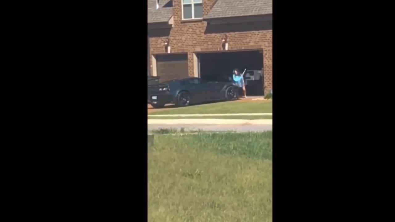 donna distrugge auto