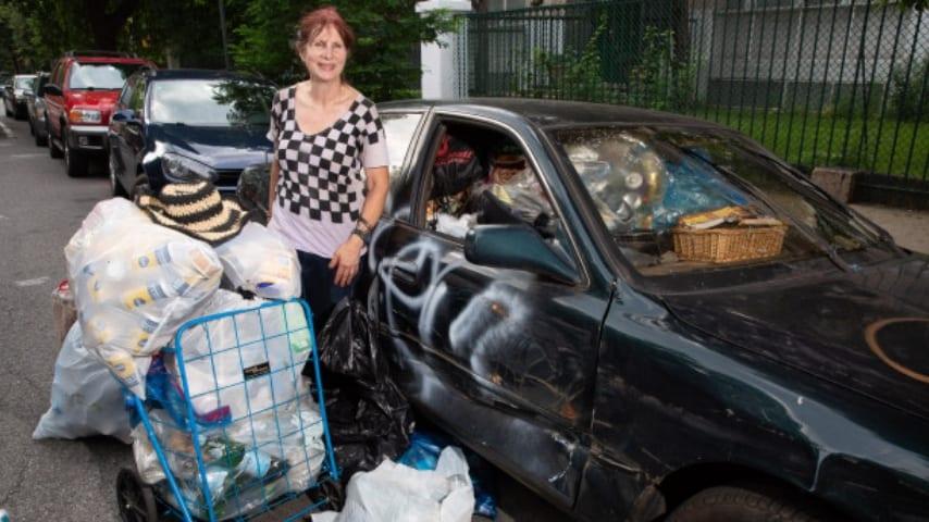 donna raccoglie spazzatura