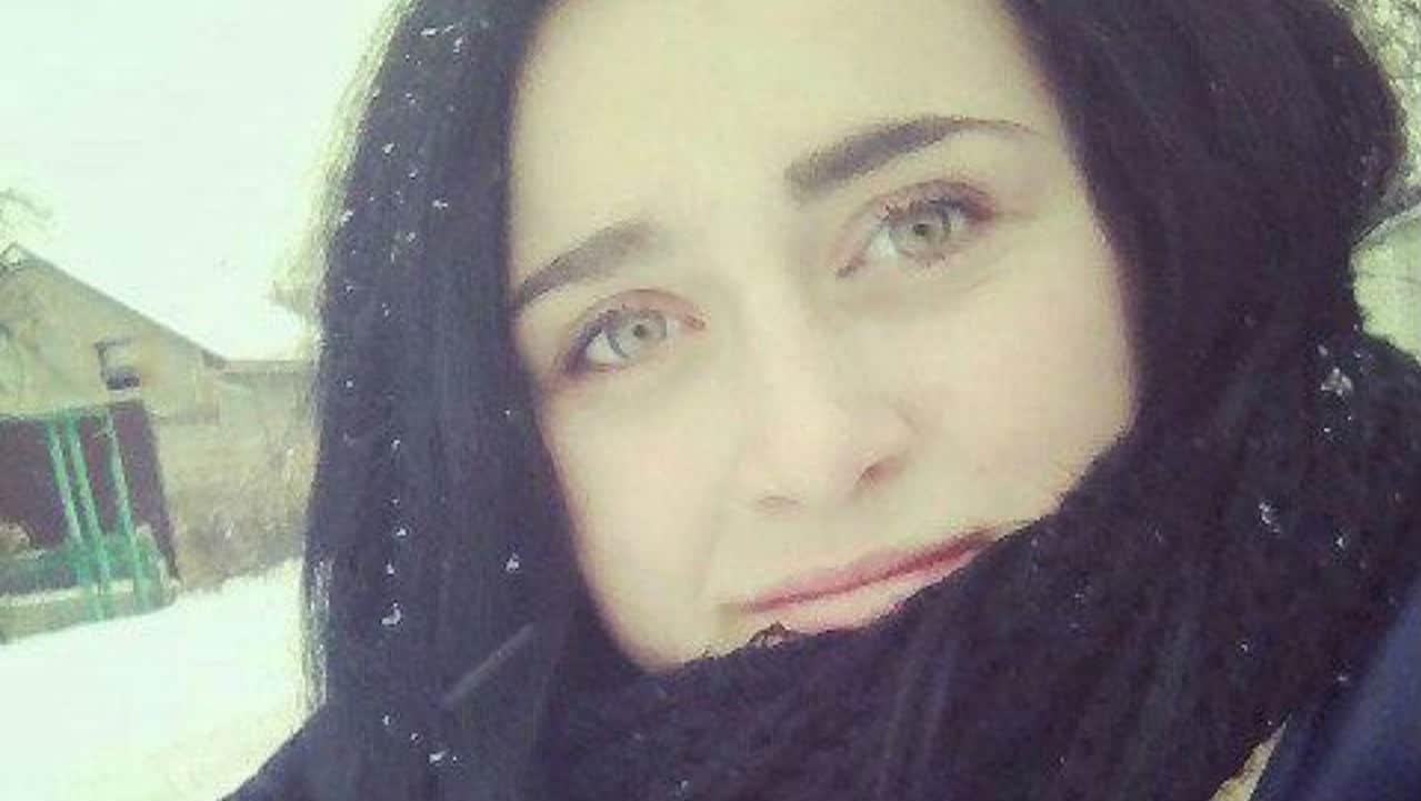 """Iryna Dvoretska aveva solo 21 anni ed era una studentessa modello; frequentava il quarto anno al Novograd-Volynsky Medical College e da tutti era considerata una ragazza dal cuore buono. La storia di Iryna Erano le 4 del mattino e Iryna voleva assolutamente andare a trovare sua mamma ricoverata per una brutta polmonite all'ospedale di Olevsk. A quell'ora le è stato impossibile acquistare il biglietto; non curante di questa mancanza il suo desiderio è stato più forte quindi ha deciso di salire comunque sul bus. La zia della 21enne ha raccontato: """"L'autista l'ha costretta a scendere dall'autobus ed è andato via lasciandola da sola nel freddo gelido e lontano dalle abitazioni"""". La sorella sconvolta ha anche detto che Iryna non aveva con sé la borsa, lasciata dalla fretta a casa. Quindi si è ritrovata senza portafoglio è impossibilitata a pagare i 25 hryvnia. BOX-INCONTENT-MINWORDS BOX-NO-CRONACA BOX-NO-CRONACA Sbattuta fuori dall'autobus perché senza biglietto, studentessa muore congelataImmagine di Iryna Dvoretska. Fonte: VKONTAKTE Qui la temperatura scende anche sotto i -20 gradi quindi sopravvivere è molto molto difficile. Il conducente non ha voluto sentire ragioni e l'ha sbattuta fuori al freddo e al gelo. La ragazza ha iniziato così a camminare per il fitto bosco, finendo per perdendosi. Probabilmente sperava di aver trovato una scorciatoia, invece è incappata solo nella morte: a causa del buio, la giovane è inciampata, cadendo in un fossato. A causa del freddo è rimasta senza sensi per parecchio tempo morendo, infine, assiderata. Il ritrovamento del corpo Il corpo di Iryna è stato ritrovato da suo padre, ranger della zona. Dopo due giorni di ricerche senza sosta, l'uomo ha fatto la triste scoperta. Ha visto con i suoi stessi occhi sua figlia morta con gli occhi spalancati dalla paura. L'uomo ha detto distrutto: """"Era distesa in mezzo alla neve, gli occhi aperti e impauriti. Non potrò mai farmene una ragione"""". Le dichiarazioni della polizia La portavoce della poli"""