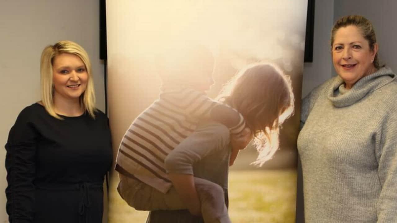Kate perse la mamma appena 14enne, oggi aiuta altri giovani orfani