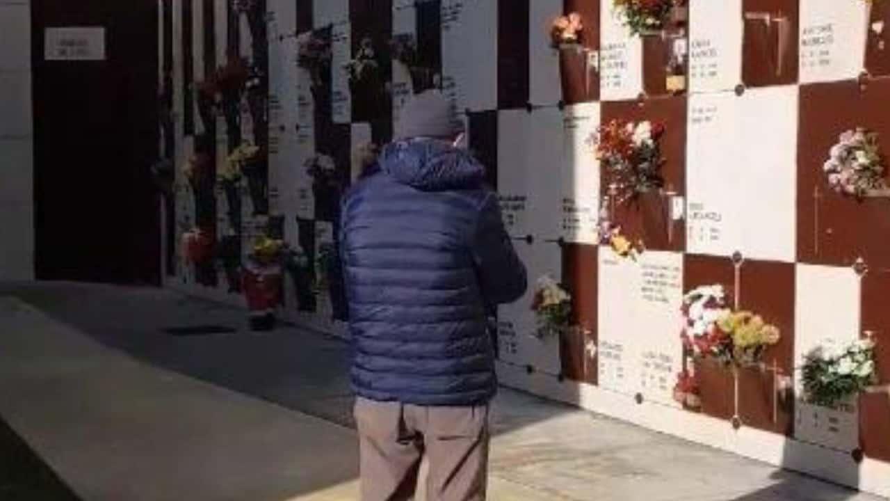Suona la tromba al cimitero: il dolce gesto per la moglie che non c'è più
