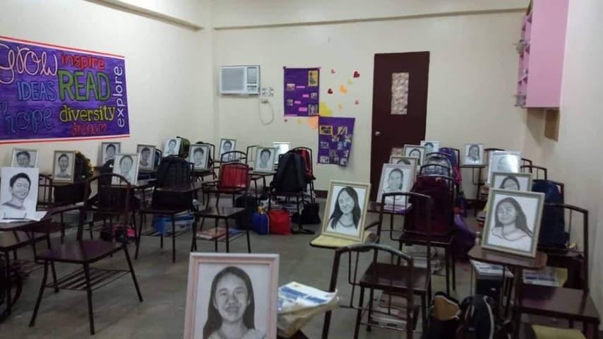 La classe piena di ritratti degli studenti al ritorno dalle vacanze