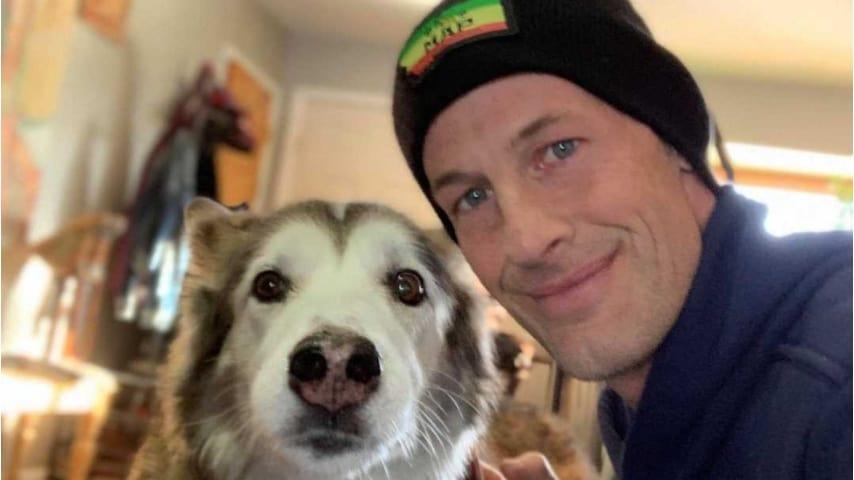 Ryan Arens con il suo cane Hara. Foto: Ryan Arens