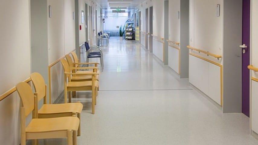 Secondo le indagini, erano gli infermieri ad agganciare i familiari dei defunti