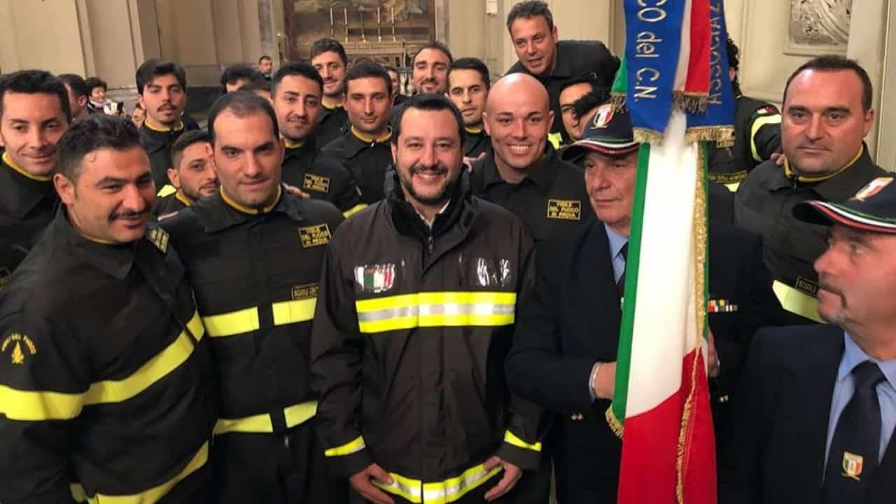 """Vigili del fuoco contro Matteo Salvini per uso """"abusivo"""" della divisa"""