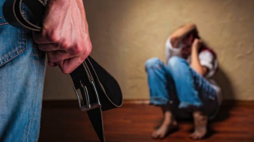 Minorenne stuprata dai genitori dal fratellastro e dalla compagna