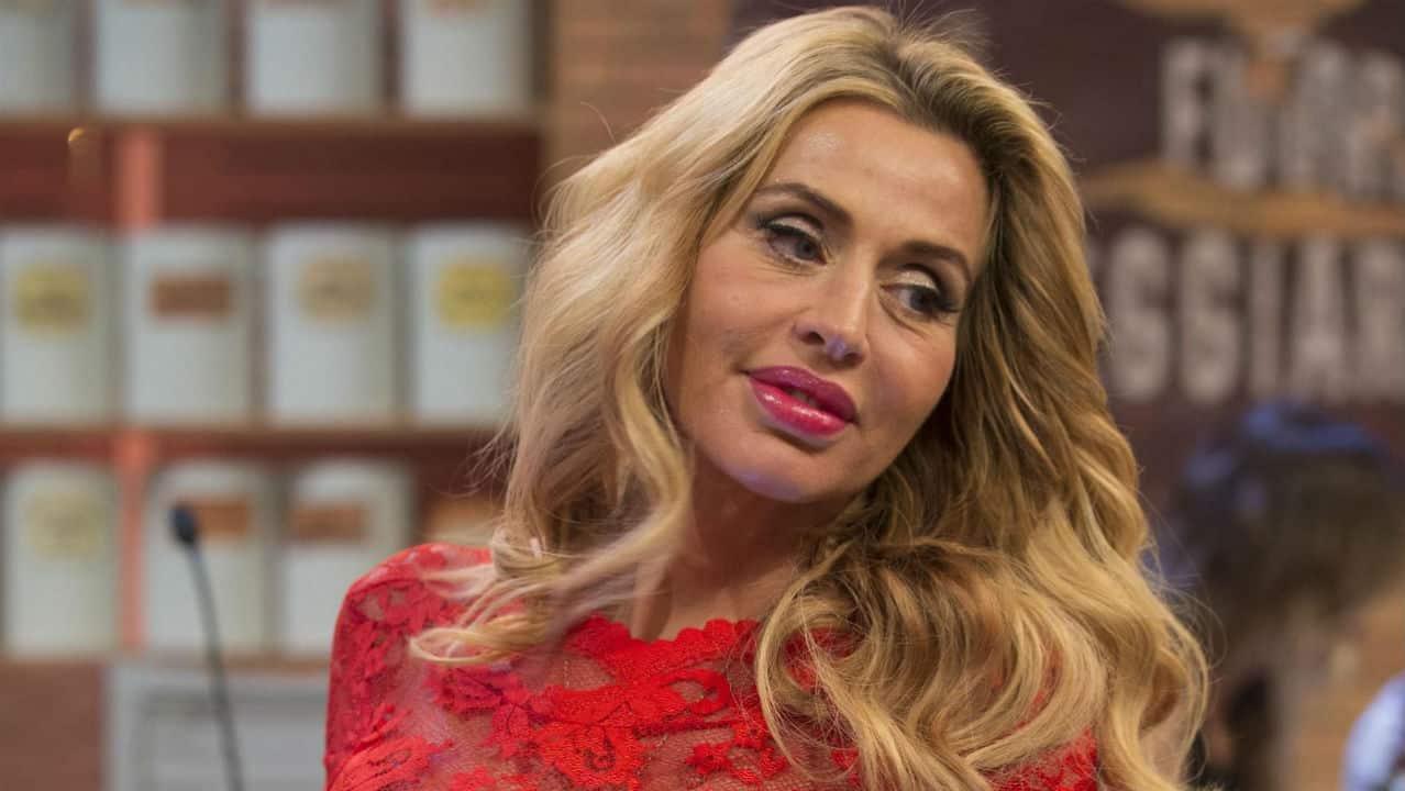 """Valeria Marini e la rivelazione su Jovanotti: """"Bacia benissimo"""""""