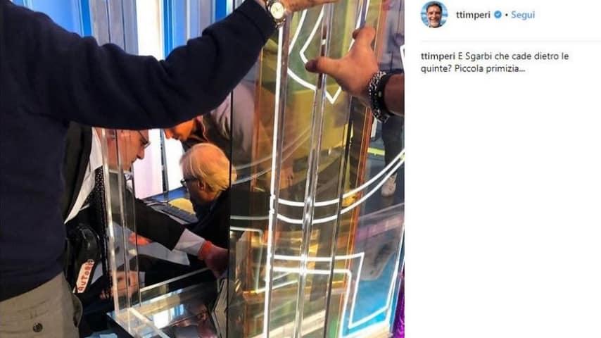 Vittorio Sgarbi ruzzola a terra a La vita in diretta