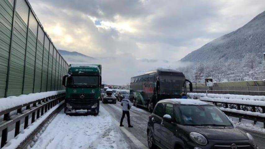 Bloccati da 12 ore in autostrada al freddo ansa